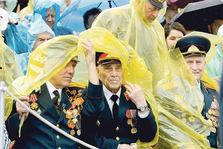 Моросящий поутру дождь не испортил ветеранам праздничного настроения.