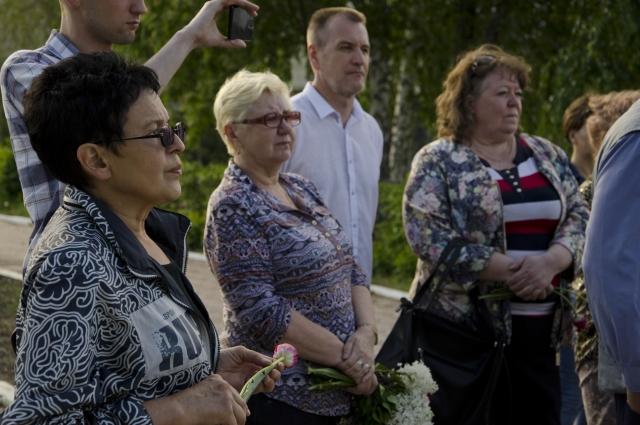 В центре начальник пассажирского поезда Омского вагонного депо на пенсии Наталья Якубович, именно она организовывает каждый год поездки к месту трагедии.