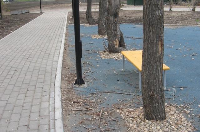 В парке на ул. Юности прорезинили почву.