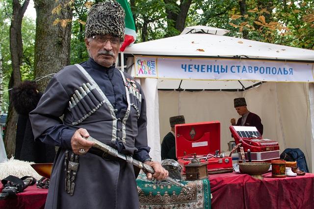 фестивальАйнди Салтымуратов привёз в Ставрополь экспонаты из музея в Алхан-Юрте.