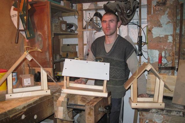 Для создания своих скульптур Колесников в основном использует сосну.