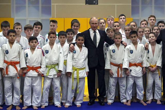 Владимир Путин фотографируется сюными спортсменами клуба дзюдо «Турбостроитель».