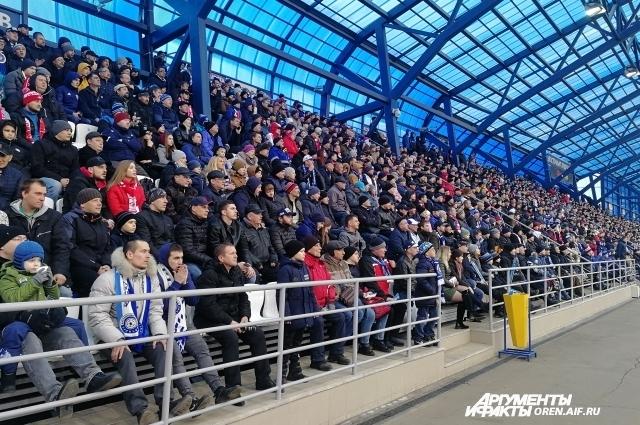 Около 5000 зрителей собрались на стадионе.