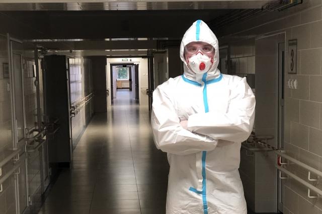Работать в таком костюме медикам очень тяжело.