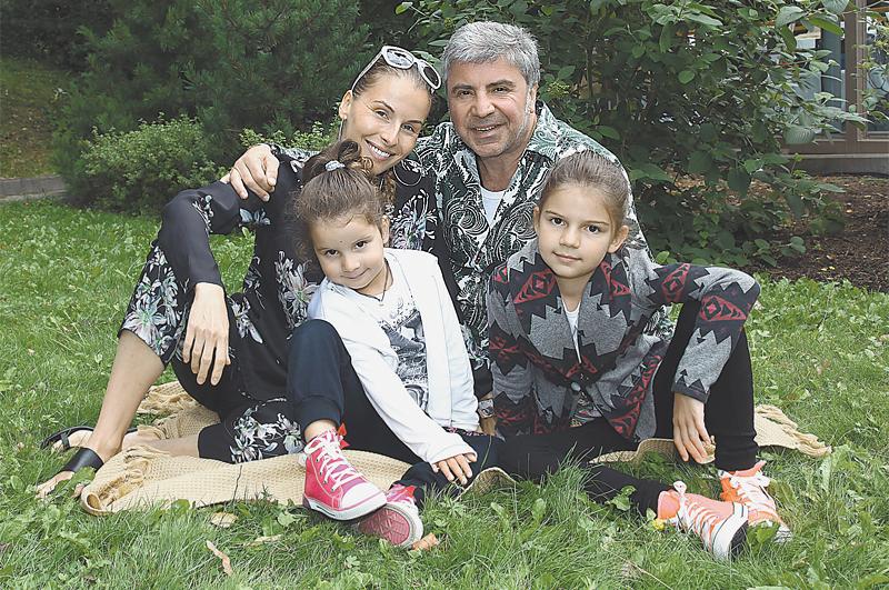 Когда любимая жена Ирина родила дочь Лизу, Сосо никого не подпускал к малышке, сам её пеленал. То же самое было, когда на свет появилась Сандра