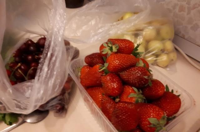 Черешня, клубника и абрикос.