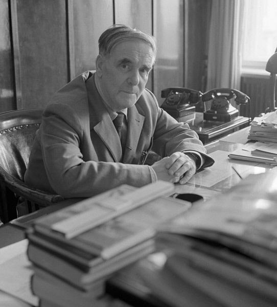 Физик Пётр Капица в рабочем кабинете