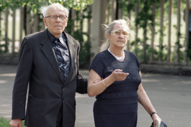 Народный депутат СССР академик Андрей Сахаров (слева) с супругой Еленой Боннер (справа). 1989 год