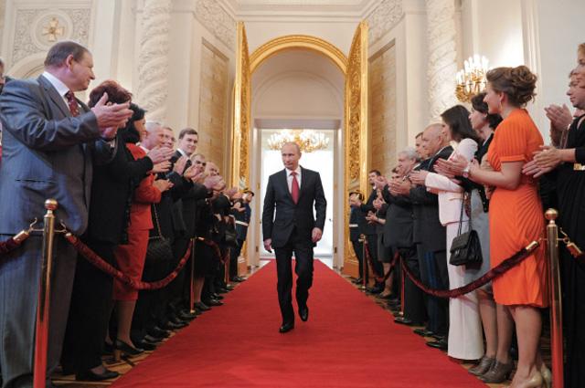 Избранный президент РФ Владимир Путин входит в Андреевский зал Большого Кремлевского дворца во время церемонии инаугурации, 2012 год