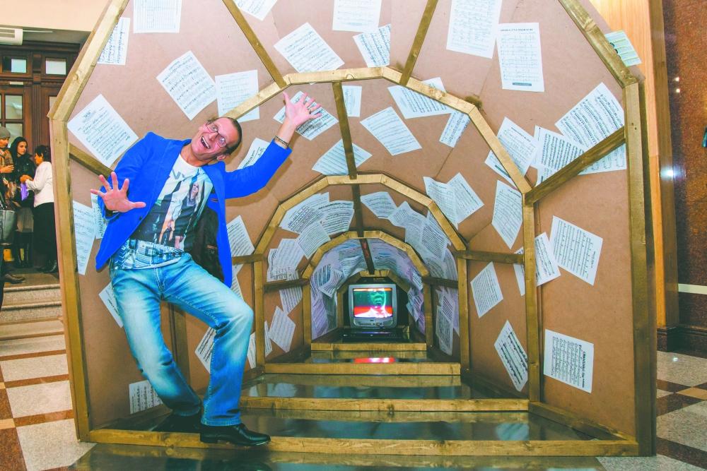 Гостей встречали фантастические инсталляции.