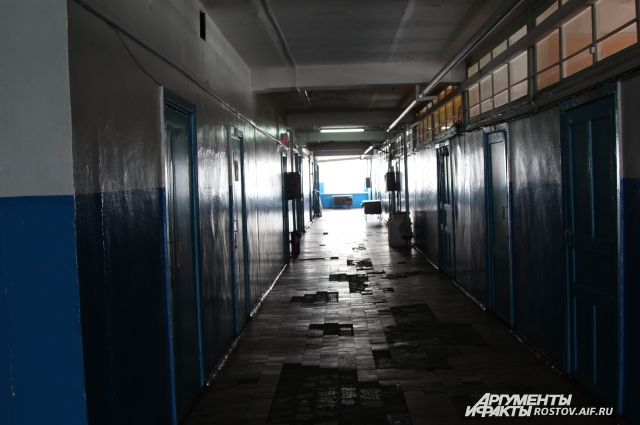 В коридорах главного корпуса пусто, темно и холодно.