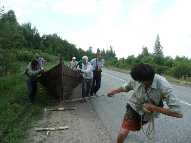 Смоленские учителя истории волокут ладью к реке. Дмитрий - во главе компании.