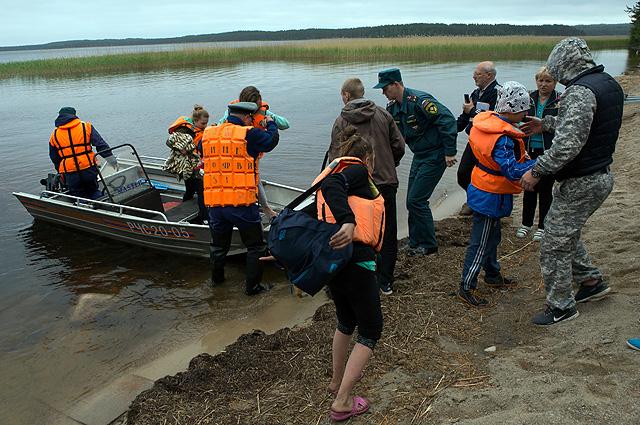 Поисково-спасательная операция в районе озера Сямозеро в Карелии, на котором в туристическом походе во время шторма погибли дети.