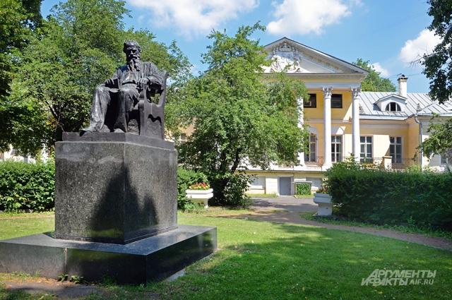 Усадьба князей Долгоруких - дом Ростовых из «Войны и мира» и место, где в наше время собирались писатели.
