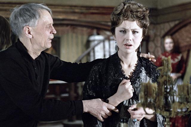 Режиссер Иван Пырьев репетирует с актрисой Лионеллой Скирдой, исполнительницей роли Грушеньки (на съемках художественного фильма «Братья Карамазовы»).