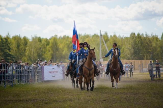 Вячеслав Тимошенко учит делу ковбоя.