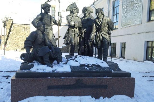 Памятник основателям крепости Димитрия Ростовского на пересечении Большой Садовой улицы и переулка Крепостного.
