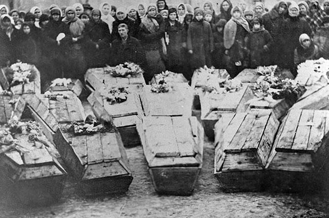 Похороны молодогвардейцев.