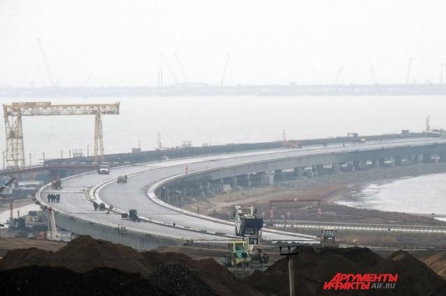 Вид на начало моста со смотровой площадки на Таманском полуострове.