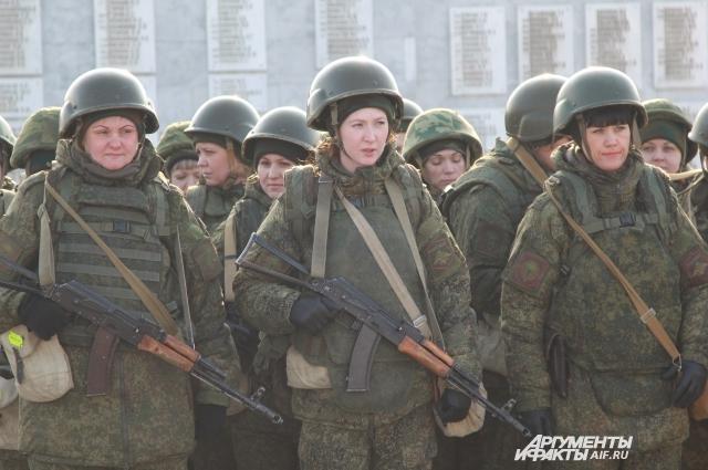 Девушки в подразделении спецназа работают связистами и медиками.