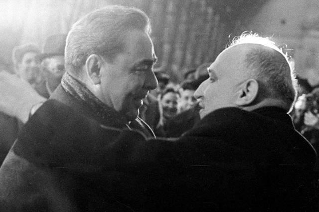 Генеральный секретарь ЦК КПСС Леонид Ильич Брежнев встречает на Киевском вокзале Первого секретаря Компартии Болгарии Тодора Живкова, прибывшего на XXVIII съезд КПСС. 1966 г.