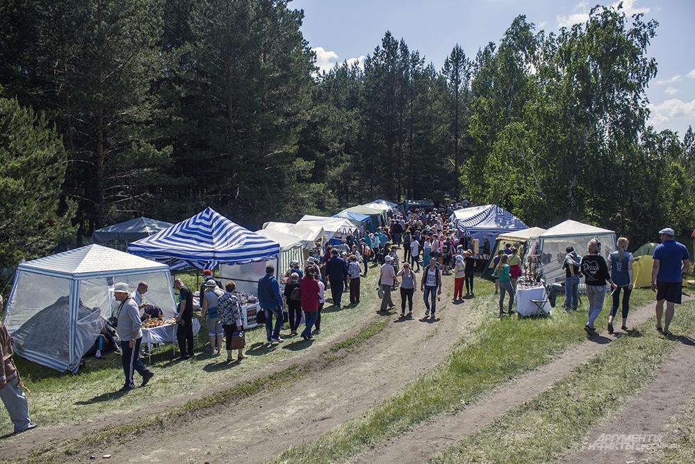 Возлк=е палаток Мастерой слободы - традиционное столпотворение гостей.