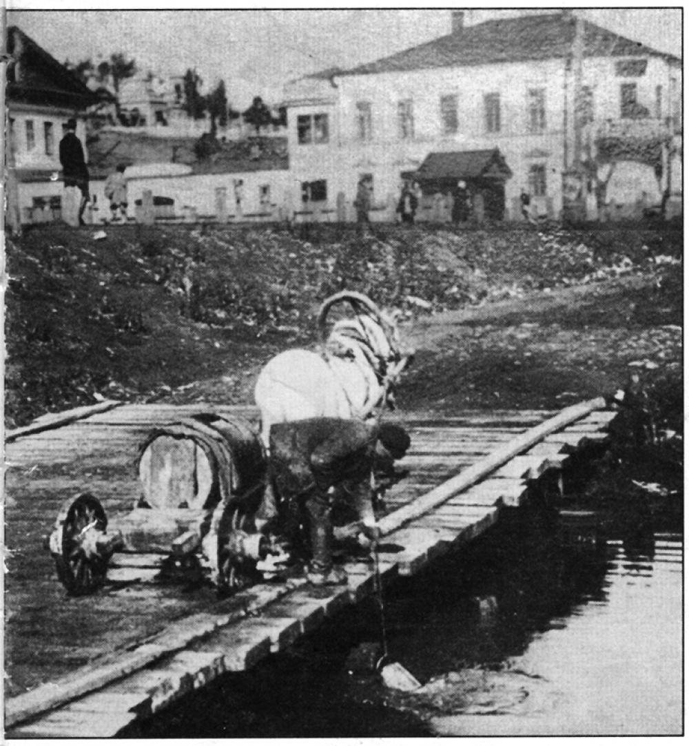Водовоз набирает воду из реки Миасс.