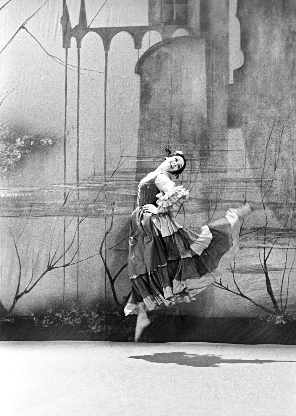 Танец в исполнении солистки Московского мюзик-холла Любови Полищук.