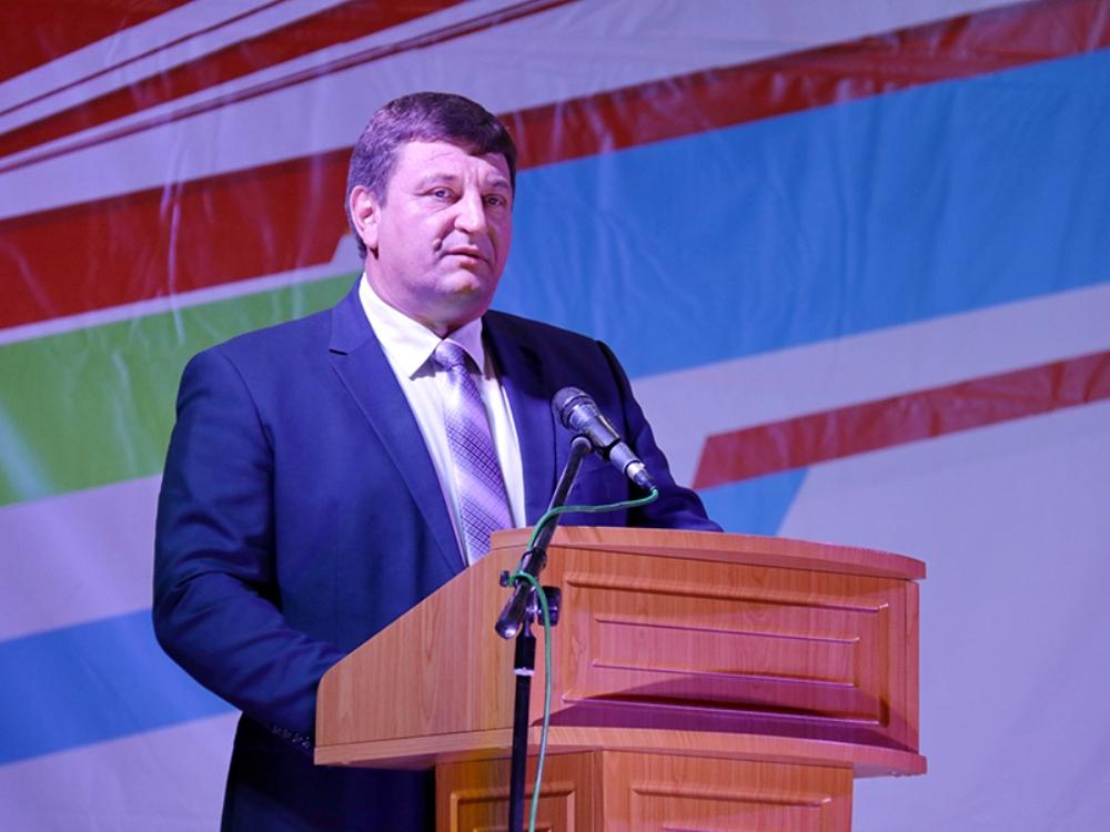 Игорь Ляхов поздравляет железнодорожников.