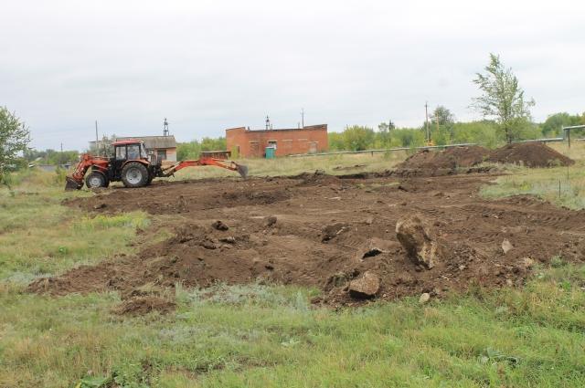 В день нашего приезда котлован под новую котельную только начали копать. Одним трактором, который уныло чинили два работника.
