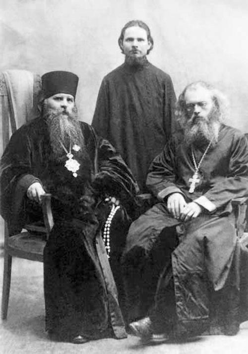 Епископ Ташкентский и Туркестанский Иннокентий (Пустынский) и священник Валентин Войно-Ясенецкий (справа). 1921 год