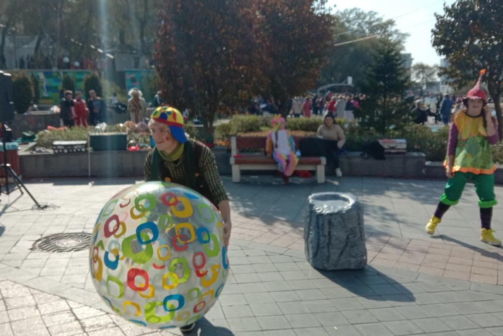 А клоун приглашал всех к весёлой игре.