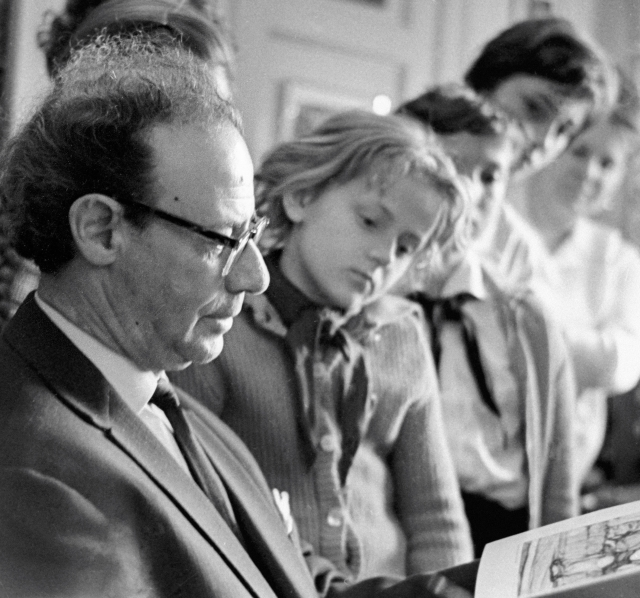 Лев Кассиль с пионерами из Германии. 1965 г.