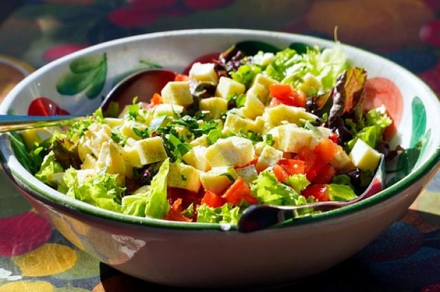 Дыня идеально сочетается с овощами и зеленью.