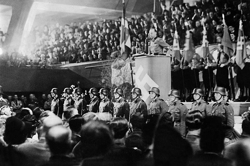 Христиан Фредерик фон Шальбург во время выступления перед датчанами, 1942 год