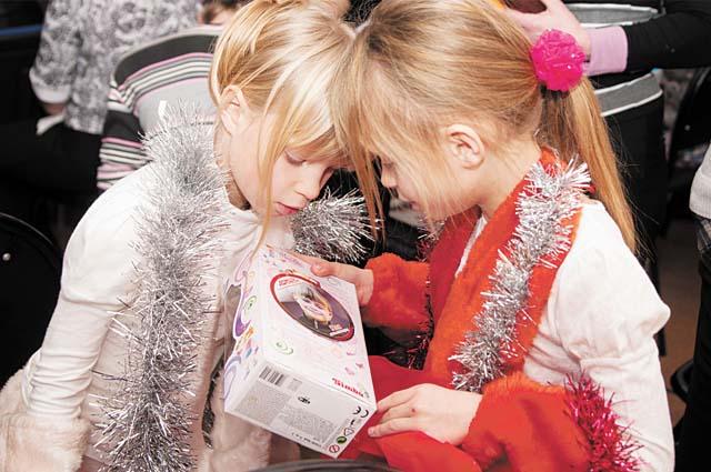 Дети всегда с нетерпением ждут новогодних подарков.
