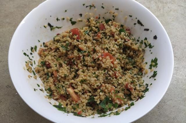 Такой салат хорошо подавать и к мясу, и к рыбе.