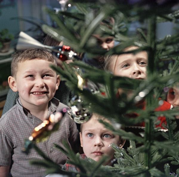 Дети стоят у новогодней елки, 1966 год