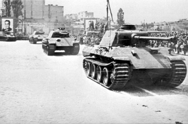 Трофейные танки T-V (Пантера) дивизии Тудор Владимиреску на параде в Бухаресте, 10 мая 1946 года