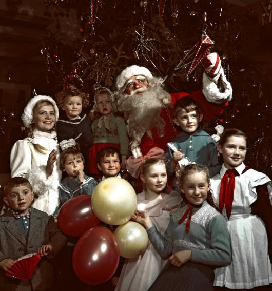 Дед Мороз и Снегурочка с детьми на новогодней елке