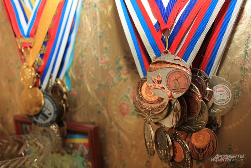 Медали семьи Медведевых висят на стене гостиной гроздьями