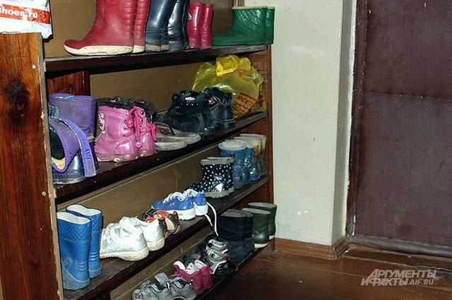 На входе в дом обувница сороконожек
