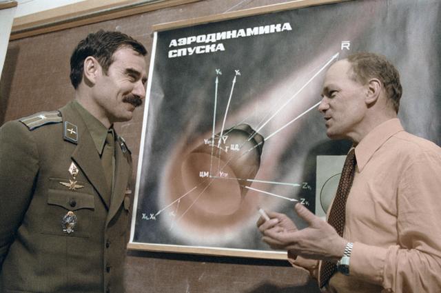 Георгий Иванов (слева) иНиколай Рукавишников (справа) водной изучебных аудиторий.