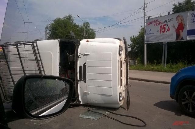 Машина легла на бок.