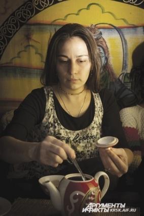 Тувинцы в свой традиционный чай добавляют молоко и соль.