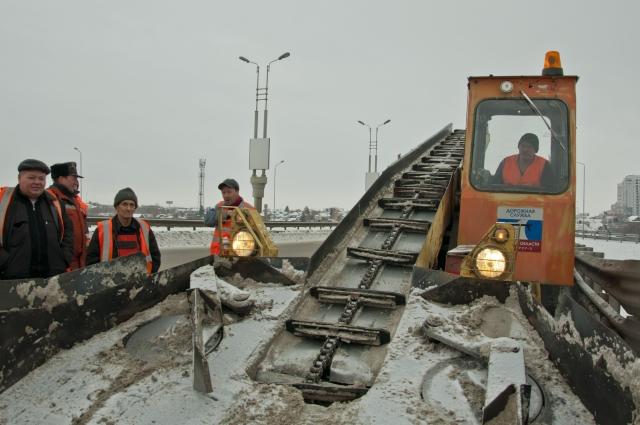 Техники для уборки снега в Омске тоже не хватает.