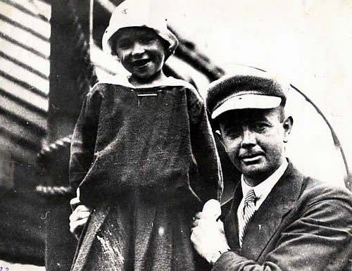 Райли Аллен с одним из петроградских детей.