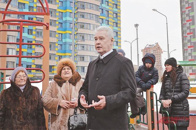 Мэр Москвы Сергей Собянин на встрече с жителями района рассказал, как город решает проблему ветхих хрущёвок.