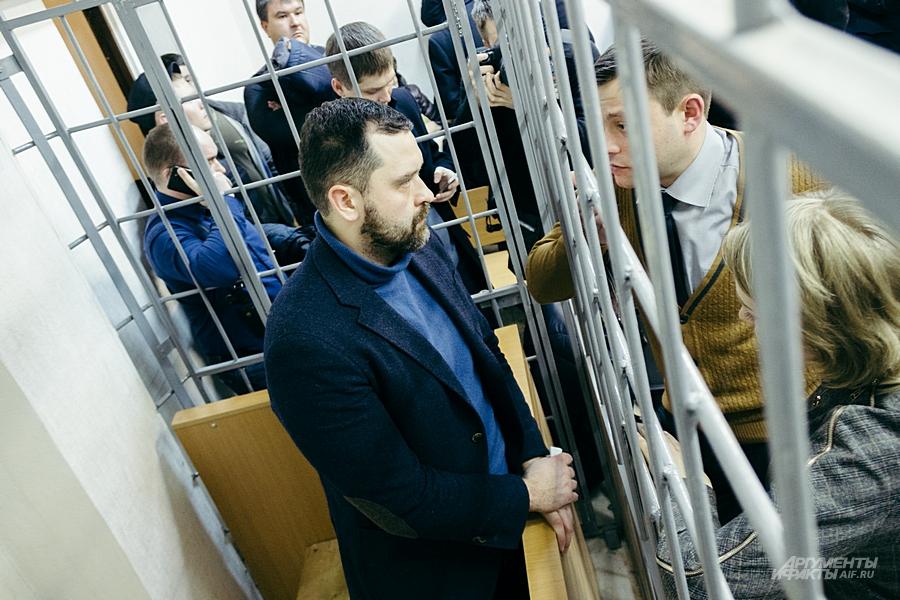 Даже в суде подозреваемых держат в клетке, хотя их вина не доказана.
