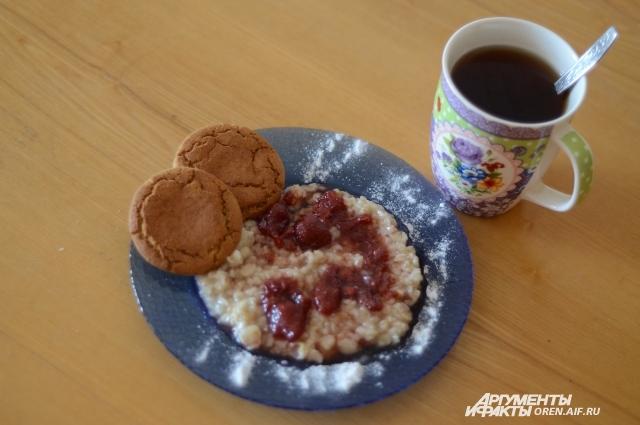 Обычная каша с вареньем и лепешками - прекрасный постный и полезный завтрак.
